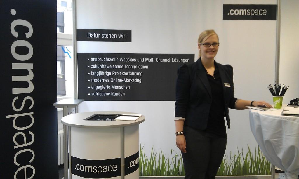 comspace Mitarbeiterin und FHM Alumna Pia Köhler an unserem Info-Stand