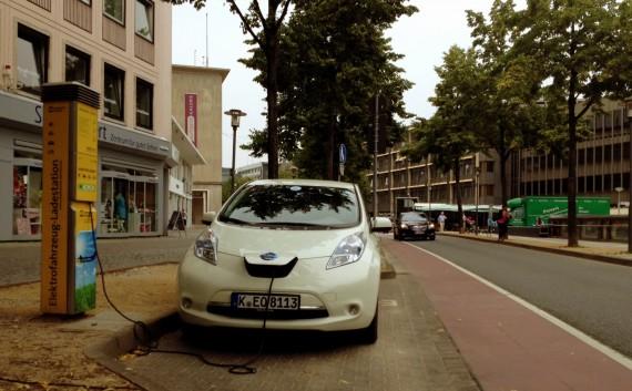 Nissan LEAF an der LadeFOXX Elektrotankstelle Bielefeld in der Nähe von Comspace