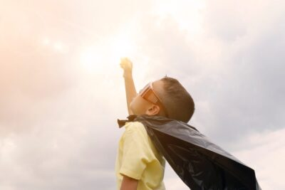Symbolbild für Superkraft - ein Junge mit Cape
