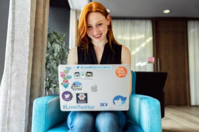 lächelnde-mitarbeiterin-remote-unternehmenskultur