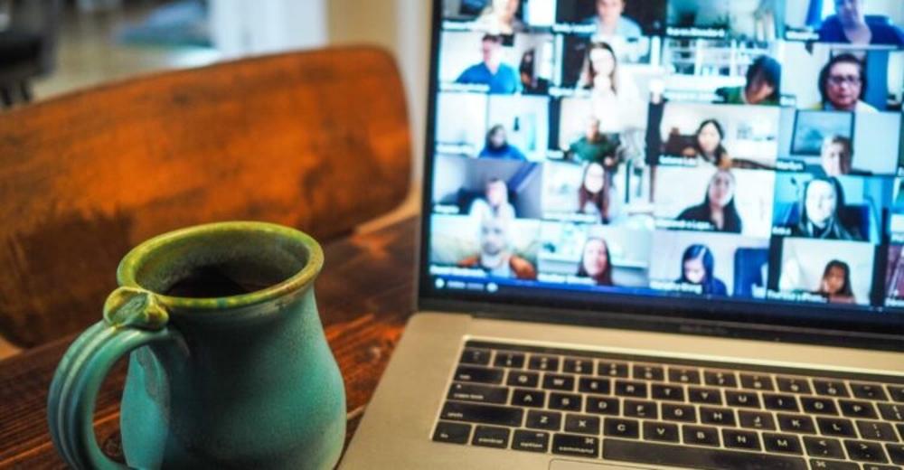 Eine Tasse vor einem Videoanruf