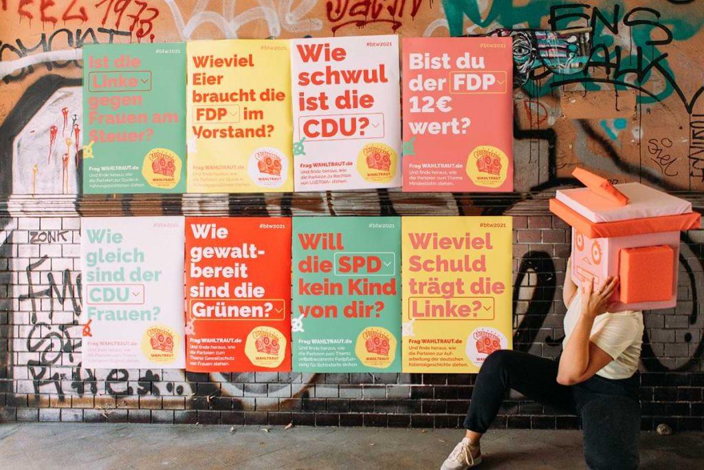 Die Wahl-o-matin vor den Wahltraut-Plakaten. Fotocredit: Hella Wittenberg.