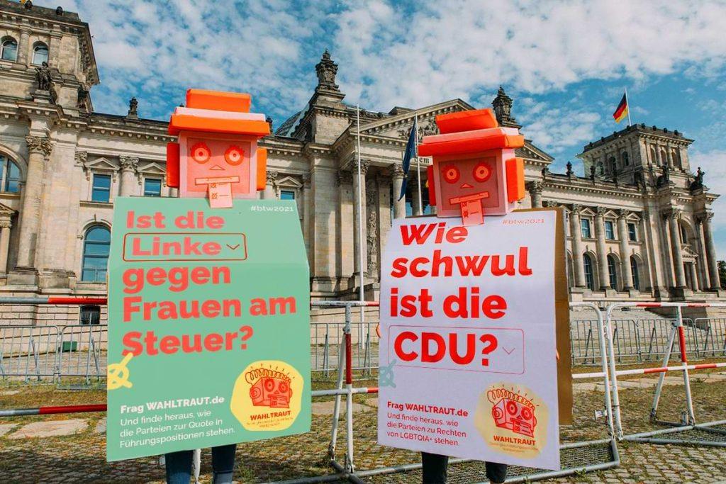 Zwei Wahl-o-matinnen vor dem Bundestag. Fotocredit: Hella Wittenberg